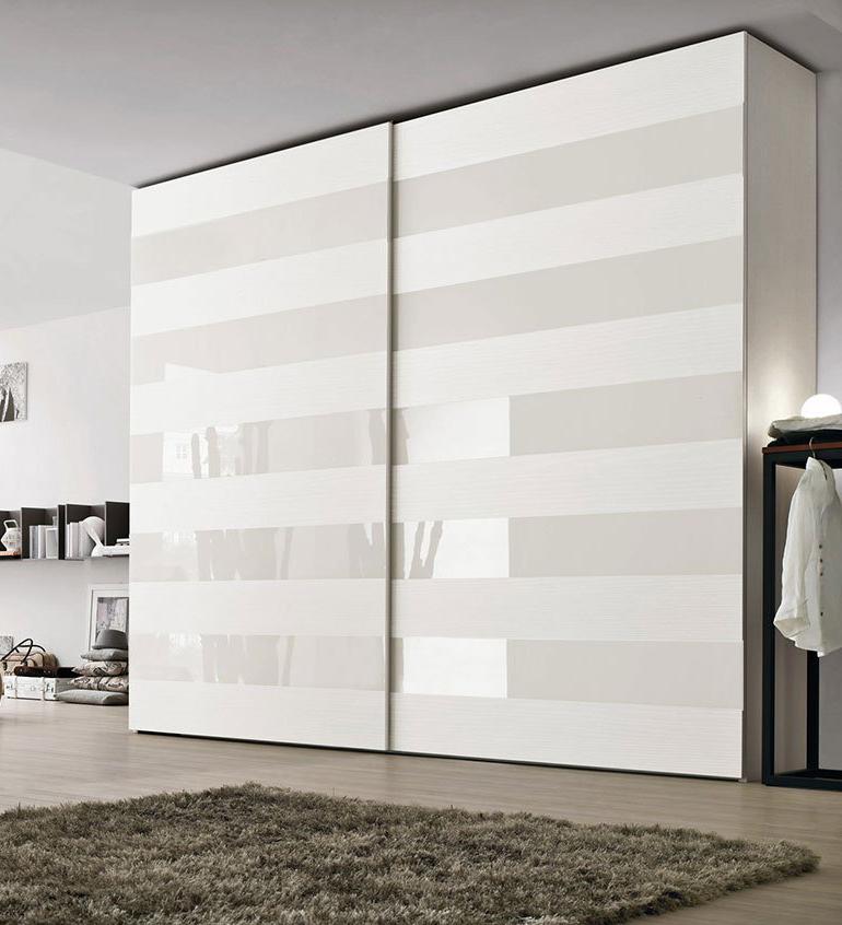 Современный белый дизайнерский шкаф купе.